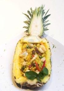 385359-un-exotico-plato-de-arroz-frito-dentro-de-una-cascara-de-pina-la-dispersion-de-finas-piezas-de-todo-